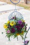 El ramo de las flores arregla para la decoración en hogar y para el multipurp fotos de archivo