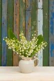 El ramo de lirios del valle florece en un florero blanco Fotografía de archivo