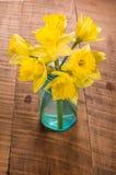 El ramo de narciso amarillo florece en un tarro imágenes de archivo libres de regalías