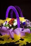 El ramo de otoño florece en una cesta de color de la lila Imágenes de archivo libres de regalías