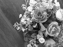 El ramo de rosas grises falsifica en una tabla de madera fotos de archivo