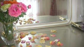 El ramo de rosas multicoloras en un florero de cristal de la ronda transparente est? en la tabla con un espejo 4k, c?mara lenta metrajes