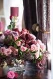El ramo de rosas rojas y rosadas, de peonías con las uvas y de granadas en el estilo holandés Fotografía de archivo libre de regalías