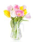 El ramo de tulipanes hermosos florece en el florero aislado en blanco Foto de archivo libre de regalías