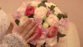 El ramo del ` s de la novia de rosas blancas y rosadas almacen de metraje de vídeo