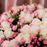El ramo del ` s de la novia, las rosas blancas, los tulipanes, las flores delicadas, el uso como fondo o la textura, colores en c Imagen de archivo