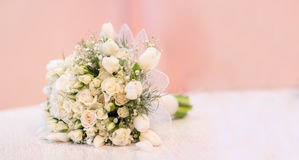 El ramo del ` s de la novia, las rosas blancas, los tulipanes, las flores delicadas, el uso como fondo o la textura, colores en c Fotografía de archivo