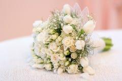 El ramo del ` s de la novia, las rosas blancas, los tulipanes, las flores delicadas, el uso como fondo o la textura, colores en c Fotos de archivo libres de regalías