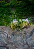 El ramo grande hermoso de flores enrruella mentiras en las piedras del parapeto en el fondo del verde de Ivan Kupala fotografía de archivo libre de regalías
