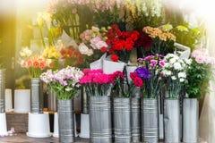 El ramo hermoso adorna la exhibición de la floristería en pocilga del vintage Fotografía de archivo