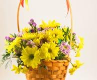 El ramo hermoso de crisantemos amarillos florece en cesta de mimbre imagenes de archivo