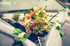 El ramo hermoso de la boda en la capilla adornó el coche Fotografía de archivo libre de regalías
