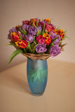 El ramo hermoso de tulipanes florece en la tabla en un florero Imagenes de archivo