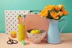 El ramo, la manzana y la maleta de la flor de Rose encajonan vida inmóvil en el estilo de Memphis Imágenes de archivo libres de regalías