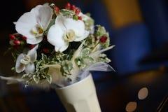 El ramo nupcial con las orquídeas y el jardín blancos grandes florece Foto de archivo libre de regalías