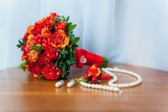 El ramo nupcial de rosas en los tablones de madera gotea imagen de archivo