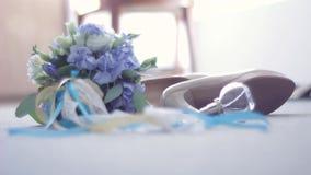 El ramo nupcial, zapatos, joyería, perfuma la mentira en el piso Los pasos de la novia cerca pueden considerar solamente sus pies almacen de video