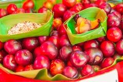 El ramontchi rojo da fruto Flacourtia indica para la venta en el mercado local en Chiang Rai, Tailandia Indica del Flacourtia tam foto de archivo