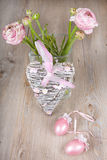 El ranúnculo florece en un florero con el corazón rosado Fotos de archivo libres de regalías