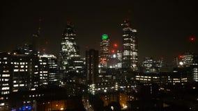 El rascacielos brillante imponente de la tarde de la noche de la ciudad enciende el brillo a tiempo del lapso 4k tirado de centro metrajes