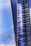 El rascacielos de cristal del edificio de Abstact del nuevo World Trade Center refleja Fotos de archivo