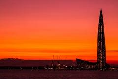El rascacielos del centro de Lahta buidling en la orilla de la bahía del final cerca de la ciudad de Petersburgo en la boca del r imagenes de archivo