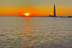 El rascacielos del centro de Lahta buidling en la orilla de la bahía del final cerca de la ciudad de Petersburgo en la boca del r fotografía de archivo libre de regalías