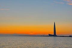 El rascacielos del centro de Lahta buidling en la orilla de la bahía del final cerca de la ciudad de Petersburgo en la boca del r fotos de archivo