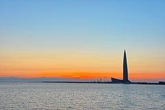 El rascacielos del centro de Lahta buidling en la orilla de la bahía del final cerca de la ciudad de Petersburgo en la boca del r foto de archivo