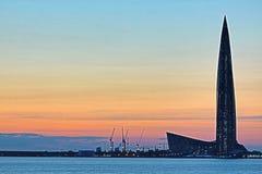 El rascacielos del centro de Lahta buidling en la orilla de la bahía del final cerca de la ciudad de Petersburgo en la boca del r fotografía de archivo