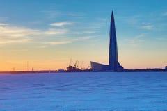 El rascacielos del centro de Lahta buidling en la orilla de la ciudad baynear de Petersburgo del final en la boca del río de Neva imagen de archivo
