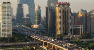 El rascacielos se eleva en las nubes, Guomao CBD, Pekín, China almacen de metraje de vídeo