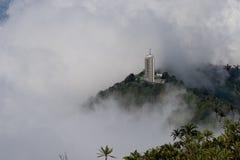 El rascacielos sube sobre la niebla fotografía de archivo libre de regalías