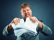 El rasgón enojado del hombre hacia fuera empapela fotos de archivo