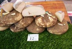 El Raso,西班牙- 2015年7月11日:在市场上变老的乳酪银行  图库摄影