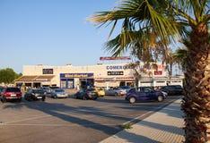 EL Raso, España - 16 de julio de 2015: un pequeño centro comercial Fotos de archivo libres de regalías