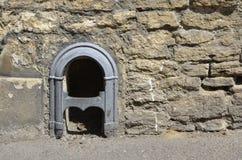 El raspador victoriano de la bota fijó en la pared en el pueblo de Lacock fotos de archivo libres de regalías