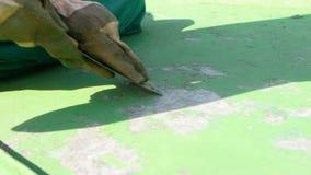 El raspar de capa verde de pintura protectora almacen de metraje de vídeo