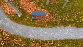El rastro aéreo sale de árboles de la mesa de picnic Foto de archivo libre de regalías