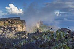 El rastro abajo de la meseta Roraima pasa debajo de las caídas - Venez Fotos de archivo libres de regalías
