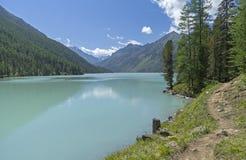 El rastro corre a lo largo de la orilla del lago Kucherla Soporte de Altai Imagen de archivo libre de regalías