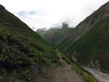 El rastro del Backpacker estrecho en el Himalaya de Annapurna durante Mons Foto de archivo