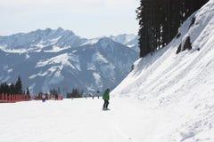 El rastro del esquí, Zell ve el centro turístico de esquí Foto de archivo
