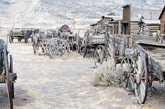 Carros de madera viejos en un pueblo fantasma Cody, Wyoming, Estados Unidos Imagen de archivo libre de regalías