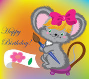 El ratón drena una tarjeta en cumpleaños. Foto de archivo libre de regalías