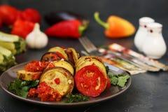 El ratatouille está situado en una placa en un fondo oscuro Verduras cocidas: berenjenas, calabacín y tomates imagen de archivo libre de regalías