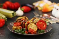 El ratatouille está situado en una placa en un fondo oscuro Verduras cocidas: berenjenas, calabacín y tomates fotos de archivo libres de regalías