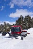El ratrack de la correa eslabonada cercano esquí-encamina en montañas Fotos de archivo