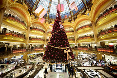 El árbol de navidad en Galeries Lafayette Fotografía de archivo