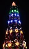 El árbol de navidad iluminó Fotos de archivo